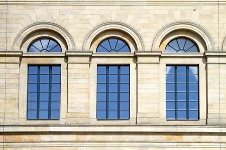 arcos de piedra: Tres ventanas de arco azul en la piedra de construcci�n