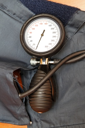 sphygmomanometer: Blood pressure monitor device with gauge Stock Photo