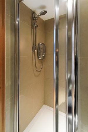 cabine de douche: Petit cabine de douche en marbre avec chauffe-eau