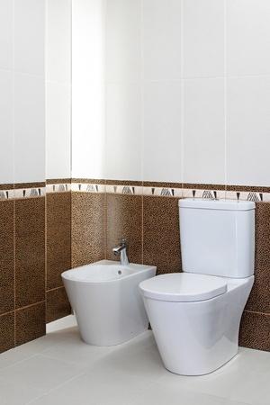 ceramics: Sedile del water e bidet in bagno nuovo