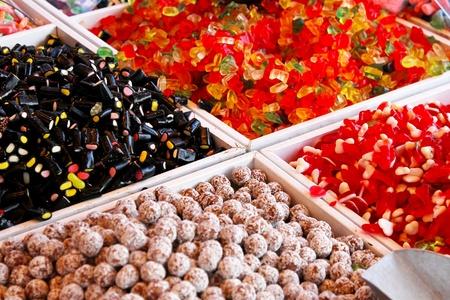 confect: Grande variet� di caramelle gommose venduto sul mercato, bancarella