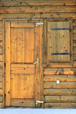 Old baracca di legno realizzata in tronchi d'albero Archivio Fotografico - 13584477