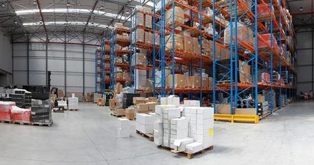 entrepôt de distribution avec la grille du haut des étagères panorama du système