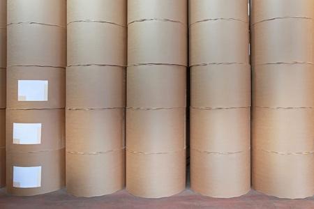 celulosa: Gran mont?n de rollos de papel de impresi?n en almac?n