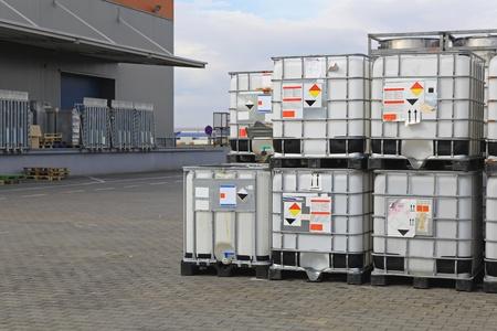 Contenants Bulkibox à palettes pour le transport de liquide Banque d'images