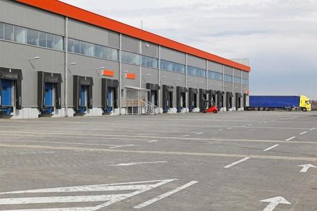 Rampen für LKW-Beladung im Warenlager