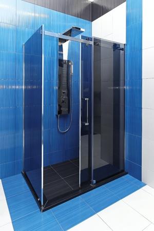duschkabine: Moderne Duschkabine aus Glas in blau Badezimmer