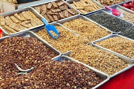 cacahuate: Cacahuetes tostados y salados aperitivos en puesto en el mercado