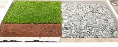 pasto sintetico: Las capas de césped sintético artificial y piedras de los campos de deportes Foto de archivo