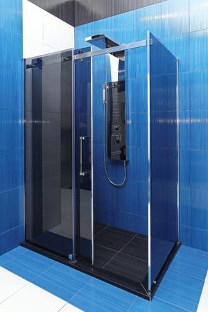 cabine de douche: Cabine de douche en verre contemporain dans la salle bleue