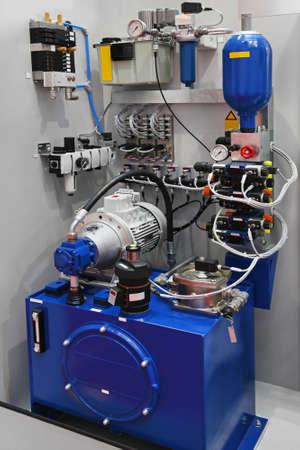 Pompe hydraulique avec un équipement pour la production en usine