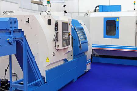 Macchine CNC Tornio per la produzione di metalli in fabbrica Archivio Fotografico