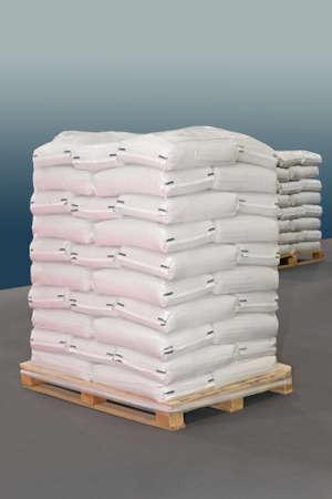 palet: Sacos de polipropileno blancas en la paleta de transporte