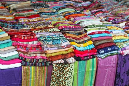 bufandas: Bufandas y chales coloridos en puesto en el mercado Foto de archivo