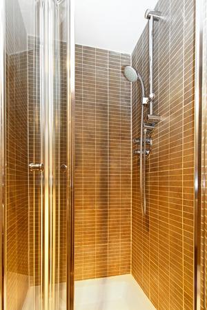 cabine de douche: Int�rieur de cabine de douche avec porte en verre Banque d'images