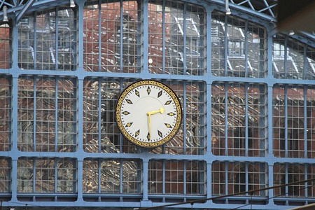 pancras: Clock at steel structure in St  Pancras station