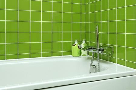piastrelle bagno: Vasca da bagno con rubinetto moderno in bagno verde Archivio Fotografico