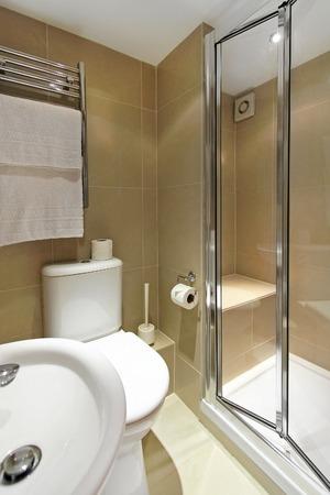 cabine de douche: Intérieur de petite salle de bains en marbre avec douche