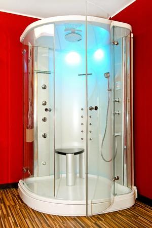 cabine de douche: Cabine de douche avec jets hydro dans salle de bain rouge
