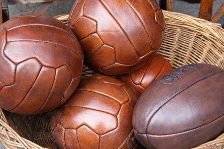 pelota de rugby: Pelotas de cuero de estilo vintage para voleibol y rugby Foto de archivo