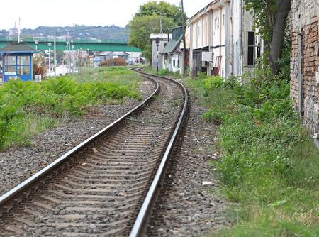 krottenwijk: Spoorlijn die door sloppenwijk Stockfoto