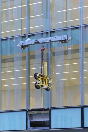 lifter: Vacuum glass lifter equipment at skyscraper