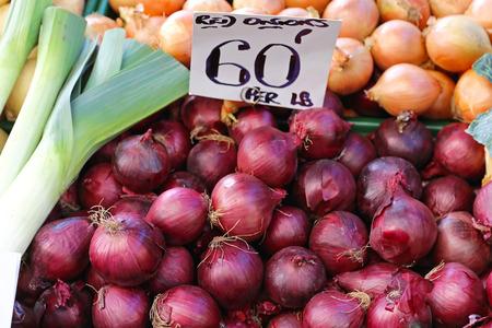 onions: Cebollas rojas para la venta en el mercado a los agricultores Foto de archivo