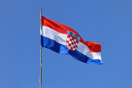 bandera de croacia: Croata bandera nacional volando en día de viento Foto de archivo