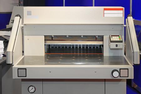 corte laser: M�quina de corte en la oficina de impresi�n del papel
