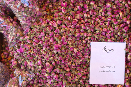 flores secas: Gran montón de capullos de rosa secos exóticos para el té Foto de archivo