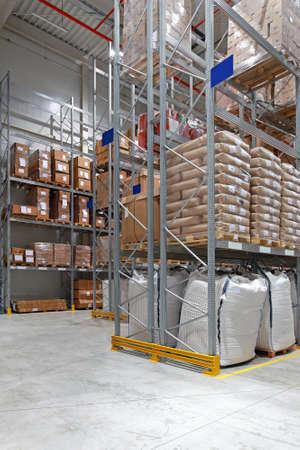 Magazzino di distribuzione alimentare con alti scaffali Archivio Fotografico