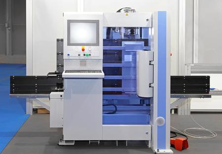centro de computo: Equipo moderno centro de máquina de control numérico