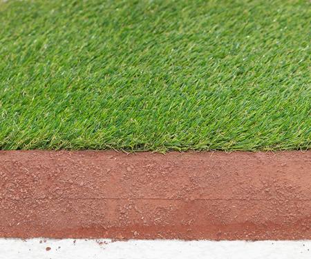pasto sintetico: Las capas de césped sintético artificial para campos deportivos Foto de archivo