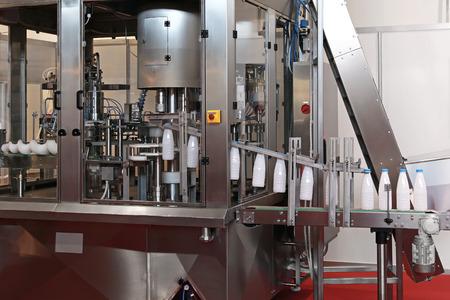 systèmes de conditionnement de produits laitiers et remplissage en usine de lait Banque d'images