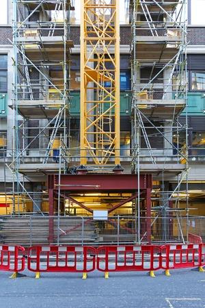 grue  tour: Tour base de la grue au chantier de construction Banque d'images
