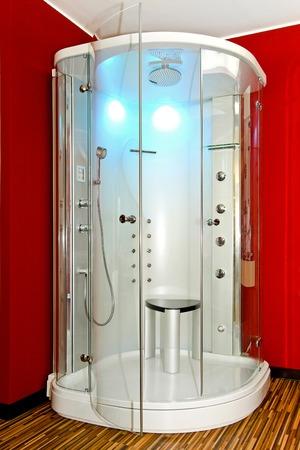 cabine de douche: Cabine de douche en coin de salle de bain rouge