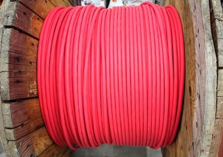 провода: Красный сетевого кабеля провод на большой катушки Фото со стока