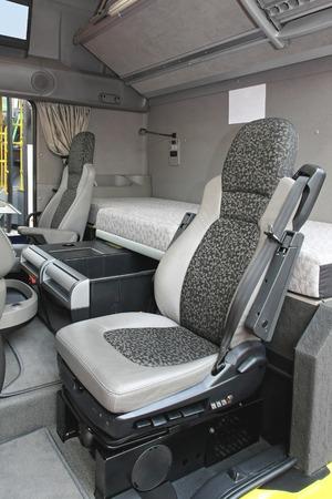 literas: Cabina del camión interior con litera Foto de archivo