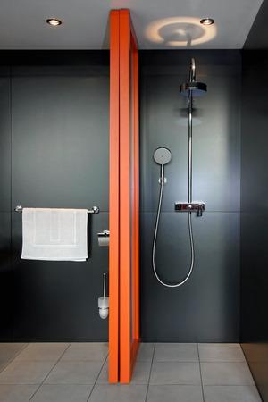 cabine de douche: Douche contemporaine dans la salle noire Banque d'images
