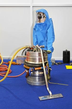 hazmat: Tuta Hazmat per la protezione da materiali biologici e chimici pericolosi