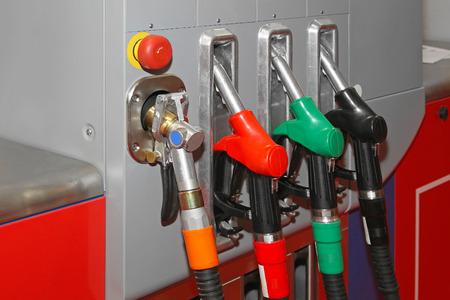 fuelling station: Alimentando la estación con GNC alternativo de gas natural Foto de archivo