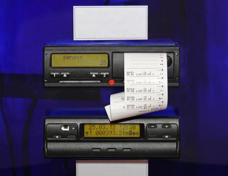 Dispositivo tachigrafo digitale montato su un camion e la velocità registrano automaticamente e distanza