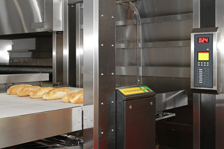 conveyer: Commercial bread baking oven with conveyer belt