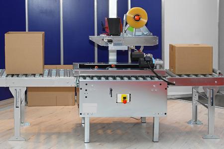 Confezionatrice automatica per scatole in fabbrica Archivio Fotografico