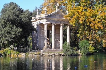 aesculapius: ROMA, Italia - 27 de octubre del templo de Esculapio en Roma el 27 de octubre 2009 el templo de Esculapio en el Parque de la Villa Borghese en Roma, Italia Editorial