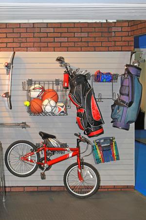 tenedores: Montado en la pared de estanter�as de rack para el almacenamiento en el garaje Editorial