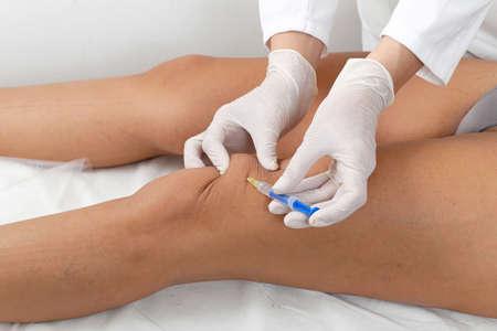 de rodillas: Mujer que tiene tratamiento de botox en la clínica de belleza Foto de archivo