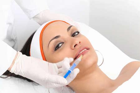 Giovane donna che ha aumento delle labbra alla clinica di bellezza Archivio Fotografico