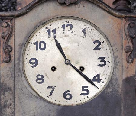 orologio da parete: Decaduto orologio di parete di legno d'epoca