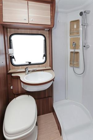cabine de douche: Toilettes avec cabine de douche en camping-car